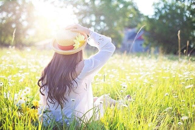 草原に座る女性、希望、