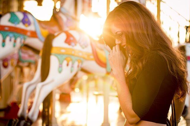 夕日を背に微笑む女性