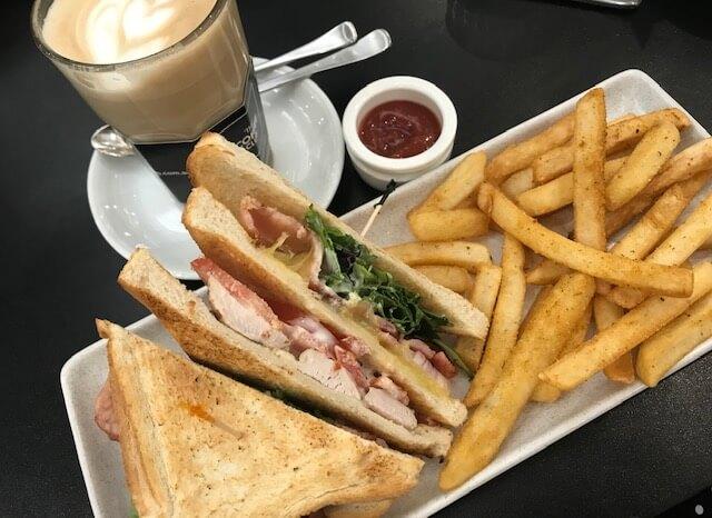 サンドイッチとコーヒー
